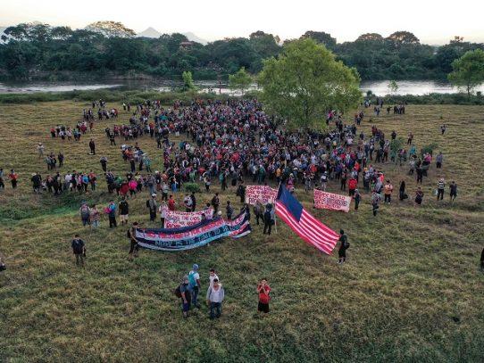 Migrantes hondureños avanzan por Guatemala rumbo a México, que despliega fuerzas en la frontera