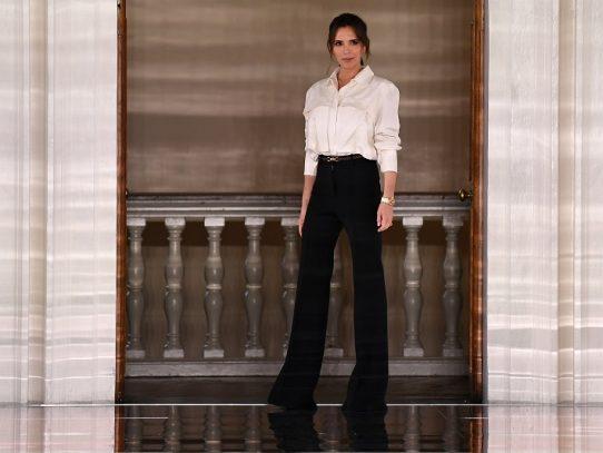 Victoria Beckham presenta fluidez retro en la semana de la moda de Londres