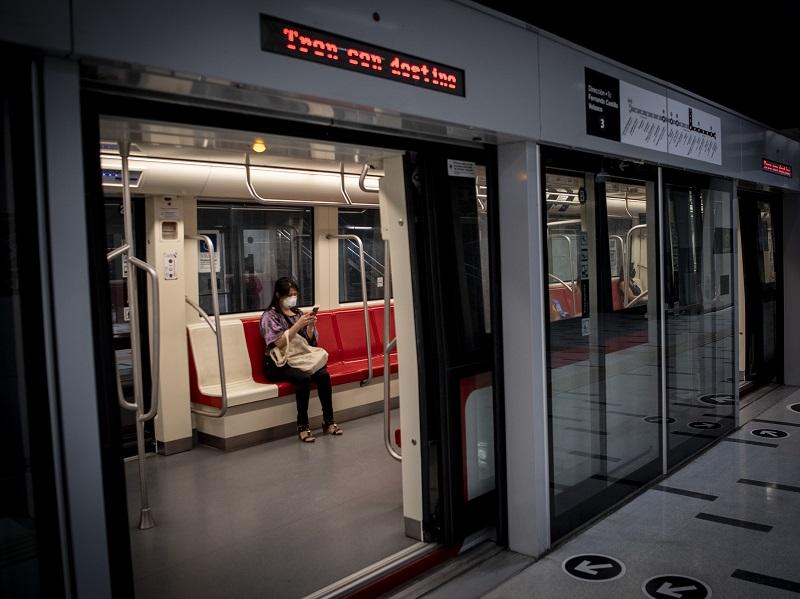 Metro de Santiago reabre sus estaciones casi un año después del estallido social en Chile