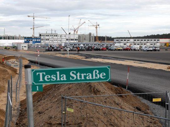 Fabricante de autos Tesla se queda sin agua en Alemania por impago de factura