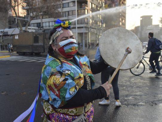 Indígenas se manifiestan en Chile en recuerdo de mapuche asesinado por policías