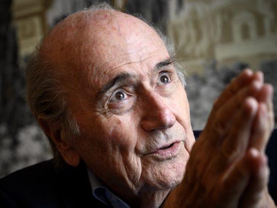 "Blatter anuncia que quiere demandar a Infantino ""antes de fin de mes"""