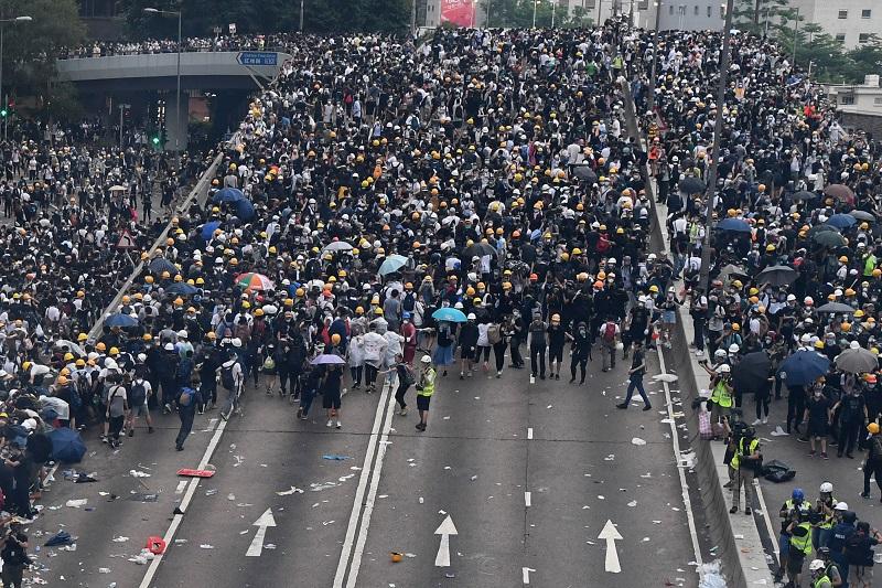 Enfrentamientos en Hong Kong cuando manifestantes trataron de irrumpir en el Parlamento