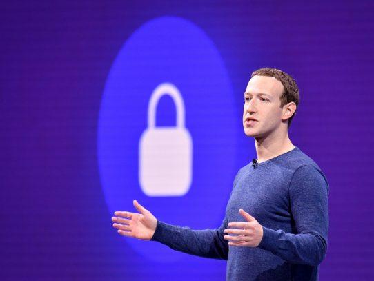 """Zuckerberg dice estar listo para """"ir al combate"""" y evitar cierre de Facebook"""