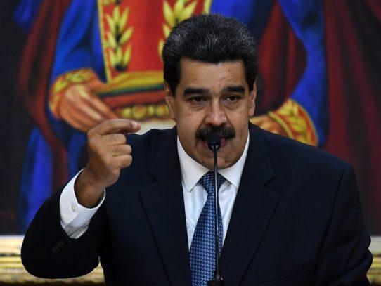Maduro firma pacto con opositores que abre nueva fisura a Guaidó