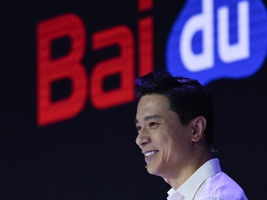 El fundador del chino Baidu, rociado con agua durante conferencia