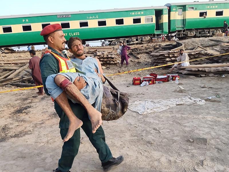 Al menos nueve muertos en Pakistán en un choque de trenes