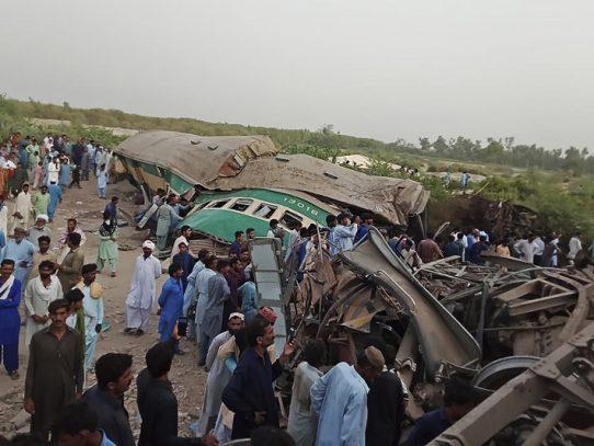 Aumentan a 23 los muertos por un choque de trenes en Pakistán