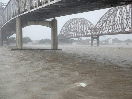 Barry se convierte en huracán a su llegada a Luisiana