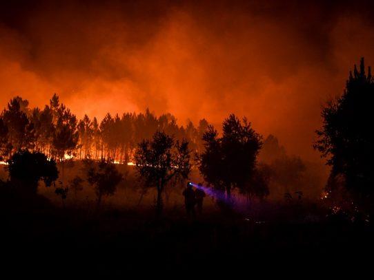 El viento y el calor dificultan lucha contra gran incendio en Portugal