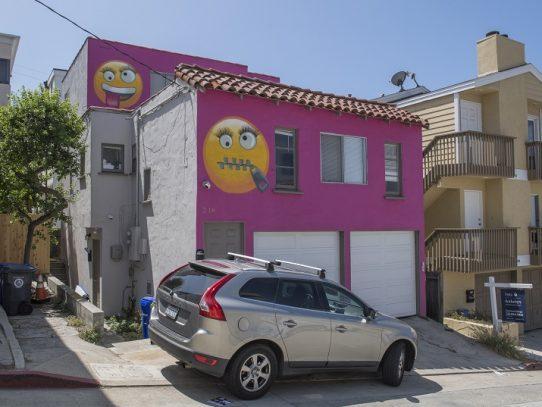 Una casa rosada y emoticones generan pelea entre vecinos de EEUU