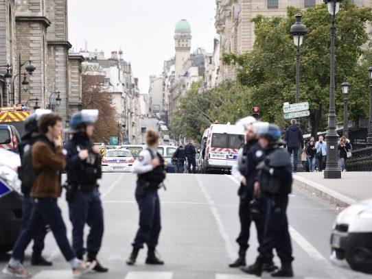 Cuatro policías muertos en ataque en la jefatura de policía de París