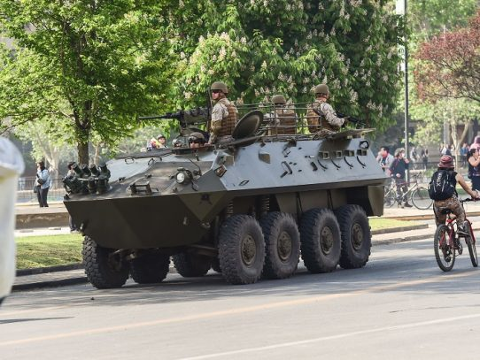 Tanquetas militares hacen frente a extendido estallido social en Chile