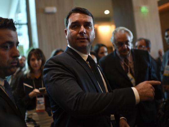 """Hijo de Bolsonaro niega acusaciones de corrupción y denuncia """"persecución"""" política"""