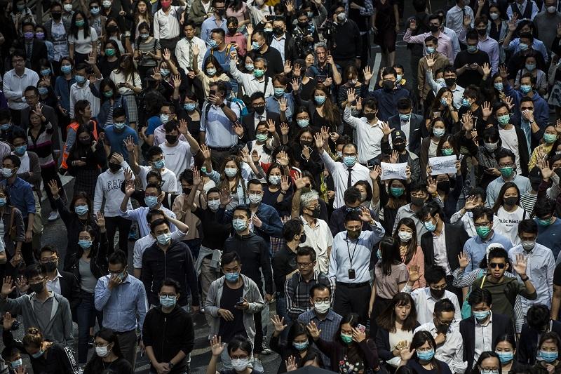 Crece violencia en protestas en Hong Kong; hieren a policía con flecha