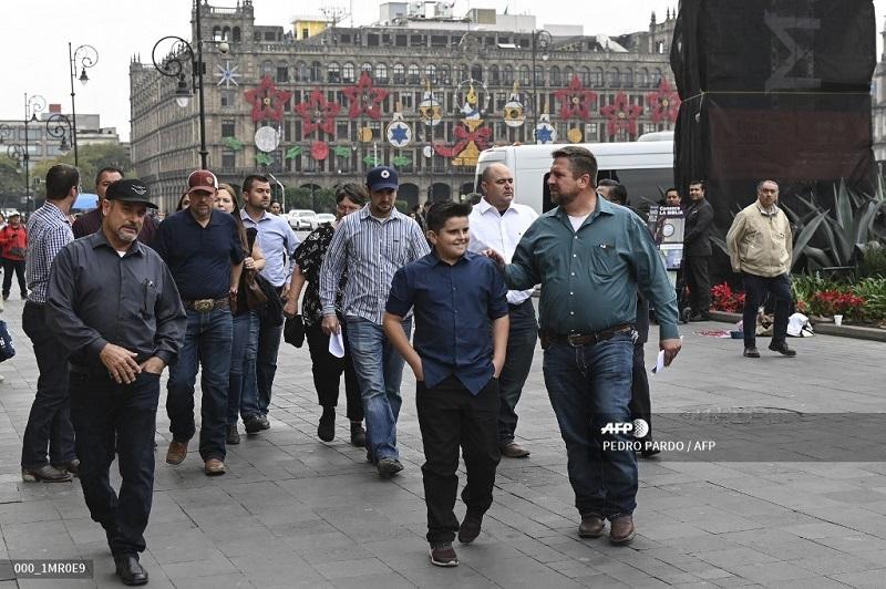 López Obrador se reúne con familia mormona tras masacre en norte de México