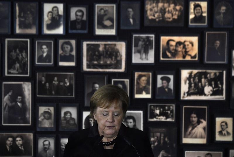 """La memoria de los crímenes nazis es """"inseparable"""" de la identidad alemana, dice Merkel en Auschwitz"""
