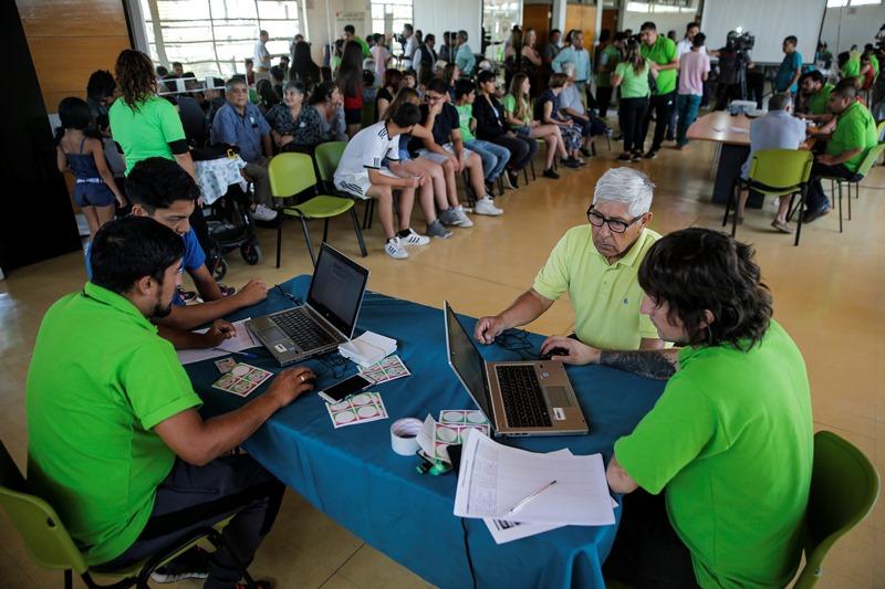 Chilenos participan en inédita consulta municipal en medio de crisis social