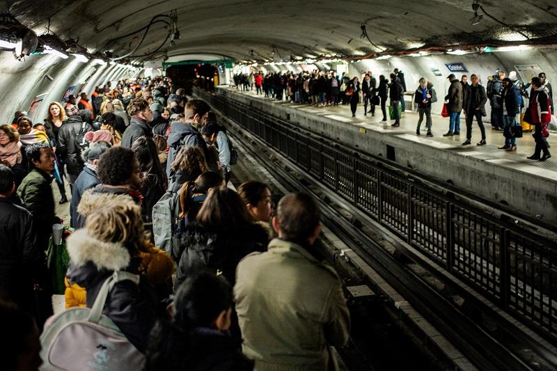 Huelga de transporte cumple 12 días en Francia y amenaza con paralizar al país