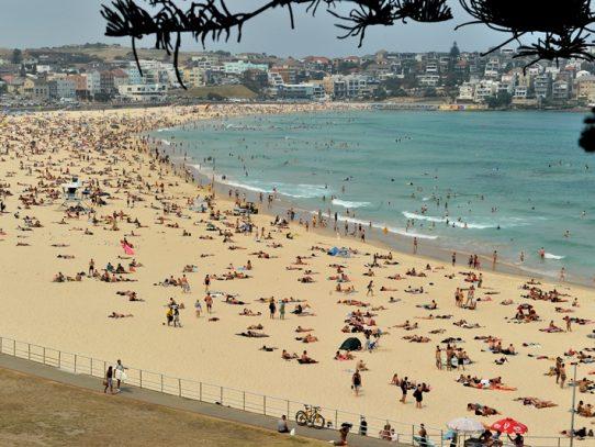 Miles de personas se refugian en las playas para escapar de incendios en Australia