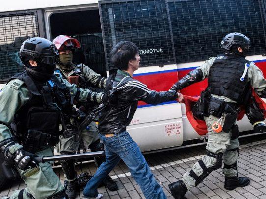 La policía irrumpe en protesta en Hong Kong a favor de los uigures de China