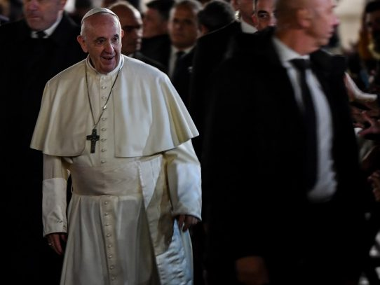 El Papa Francisco reprende a una mujer que le agarró bruscamente del brazo