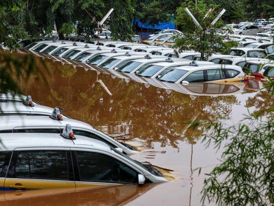 Sube a al menos 23 muertos el balance por las inundaciones en Indonesia