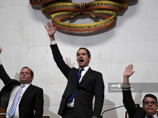 Guaidó jura como presidente del Parlamento venezolano en el Palacio Legislativo