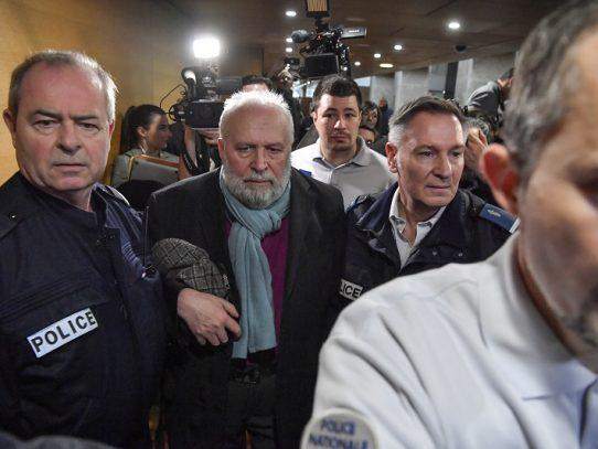 """Exsacerdote juzgado en Francia confiesa que abusaba de """"cuatro a cinco niños"""" por semana"""