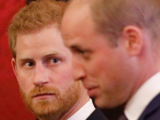"""Príncipes Guillermo y Enrique denuncian conjuntamente """"información falsa"""" en la prensa"""