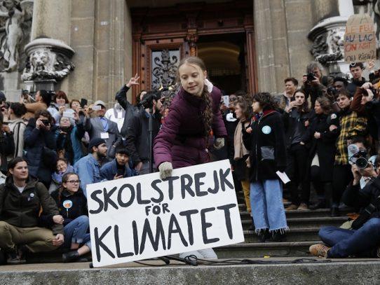 Greta Thunberg se manifiesta con miles de jóvenes en Lausana antes de ir a Davos
