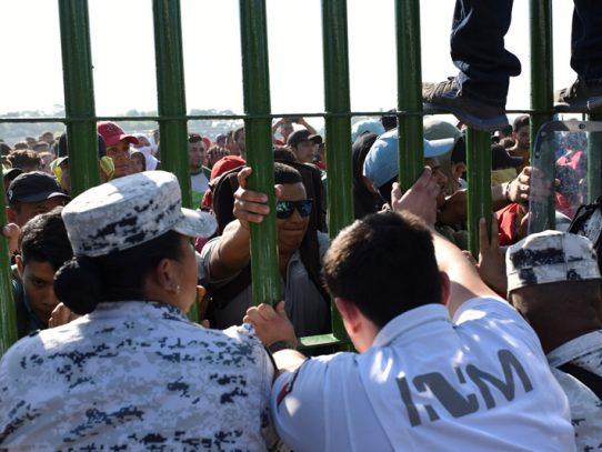 Migrantes de nueva caravana de centroamericanos intentan entrar ilegalmente a México