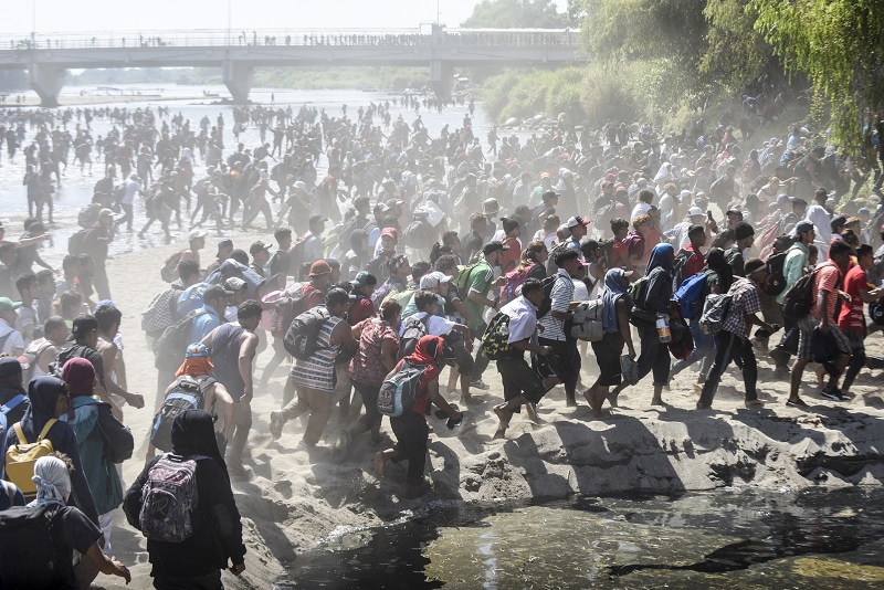 """Un número """"sin precedentes"""" de migrantes cruza la frontera con México, dice EE.UU."""