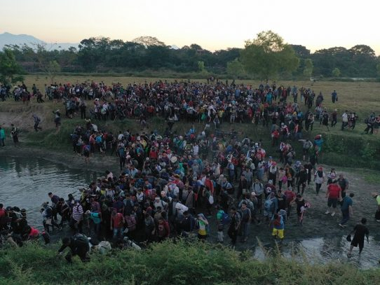México despliega un control de seguridad ante la llegada de la caravana de centroamericanos