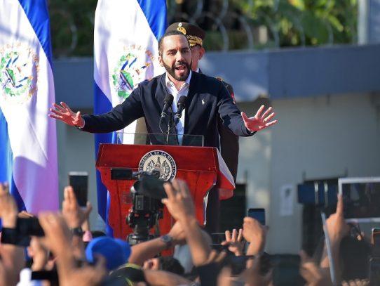 Bukele promete respetar la Constitución para rebajar la tensión en El Salvador
