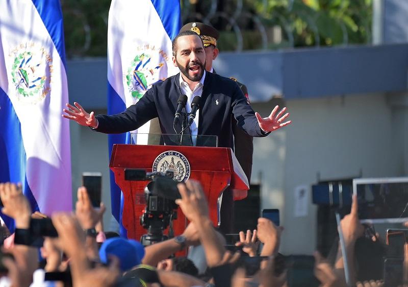 """Bukele agradece al ejército de El Salvador por proteger al país de """"enemigos internos y externos"""""""