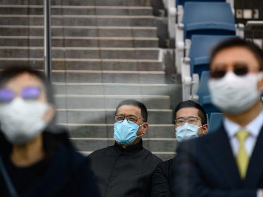 China informa de 54 casos de coronavirus importados, el país se aísla
