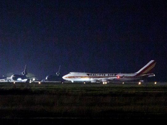 Llega a EE.UU. avión con estadounidenses evacuados de crucero en cuarentena