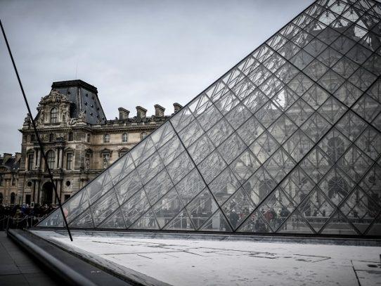 El Louvre no abrió sus puertas el domingo debido al nuevo coronavirus