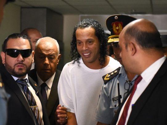 Juez decide mantener en prisión preventiva a Ronaldinho en Paraguay