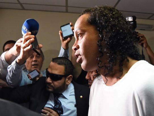 Ronaldinho pasa la noche en un cuartel de Policía de Asunción