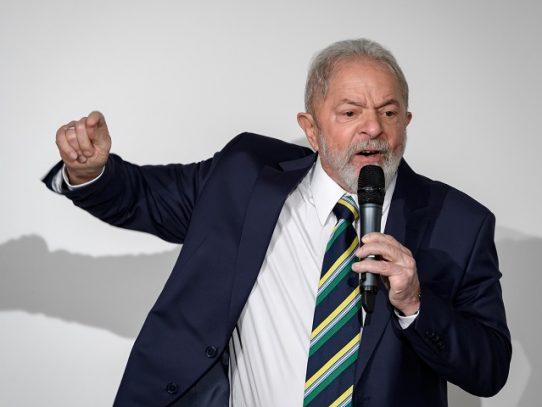 """Lula acusa a Bolsonaro de convertir al covid en un """"arma de destrucción"""" en Brasil"""
