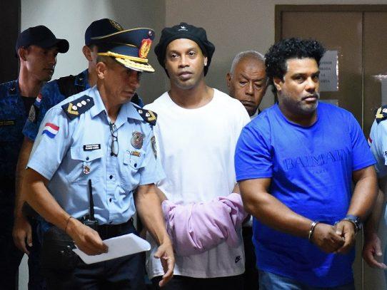 Abogados intentan lograr libertad provisional de Ronaldinho en Paraguay