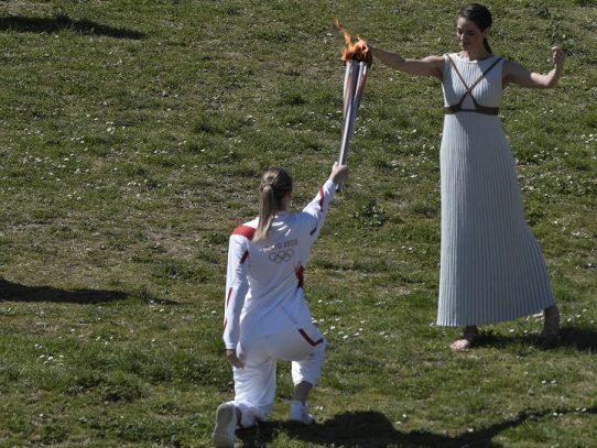 La llama olímpica encendida sin público debido al coronavirus