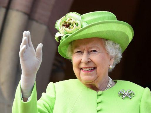 Reina Isabel II condecora a científicos que combaten el coronavirus