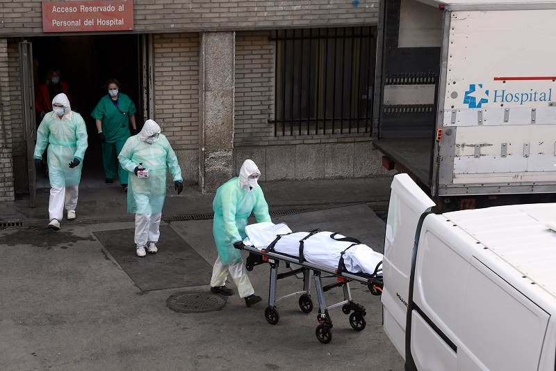 Muertes diarias por coronavirus siguen aumentando en España y pandemia se acelera en EE.UU.
