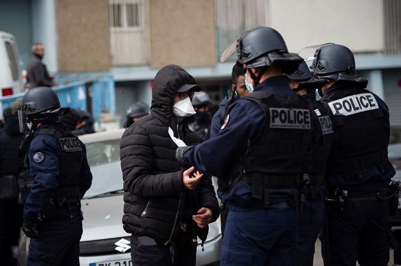 Policías en Francia amenazan con suspender controles si no reciben mascarillas