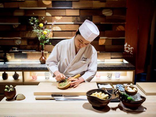 Las mujeres luchan por un lugar como chefs de sushis en Japón