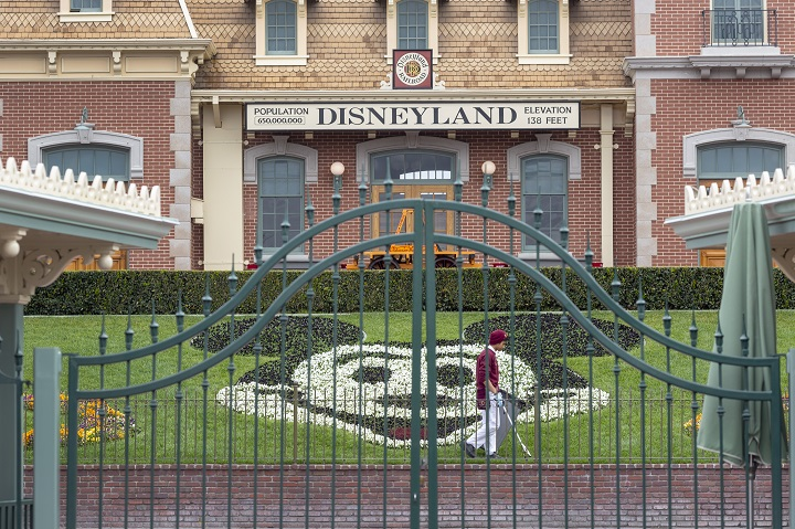 Disney suspende salarios ante cierre de sus parques