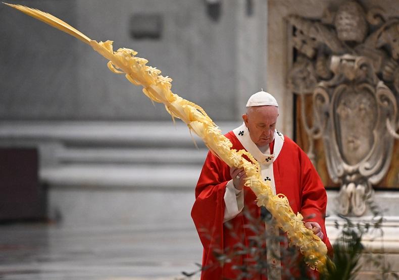 El papa celebra la misa de Ramos sin fieles